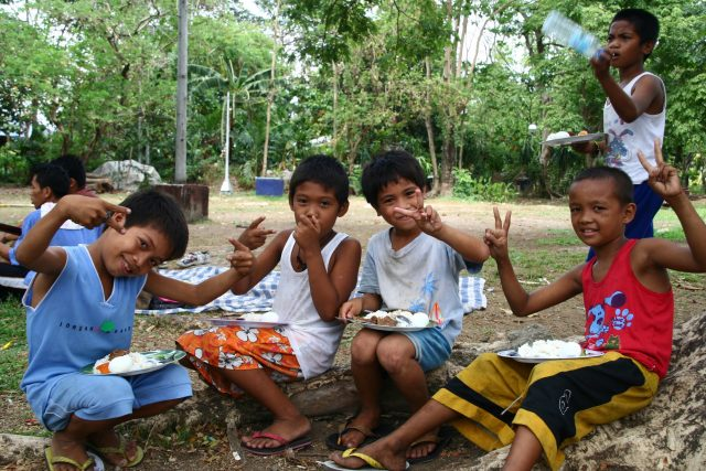 Children picnicking in the Philippines thanks to Joe Dean.
