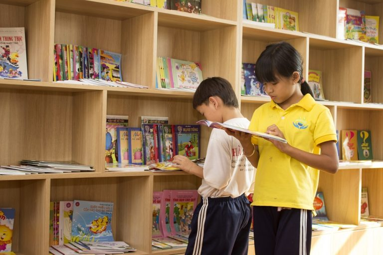 Vietnamese children reading at the Maison Chance library