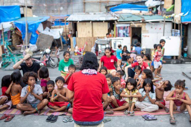 mam'percy reading to children in Manila, big crowd